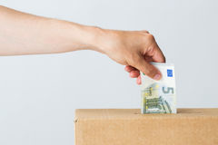 Mens die euro geld zetten in schenkingsdoos Royalty-vrije Stock Foto