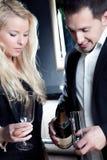 Mens die feestelijke champagne gieten Stock Foto's