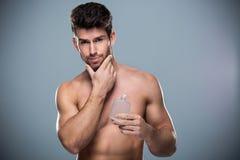 Mens die fles parfum steunen Stock Foto's