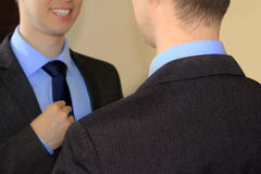 Mens die in formeel kostuum spiegel onderzoeken stock afbeeldingen