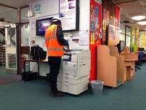 Mens die fotokopieerapparaat in een openbare bibliotheek met behulp van Stock Afbeeldingen