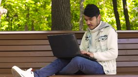 Mens die freelancer in het park werken stock video