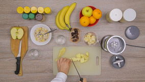 Mens die fruit smoothie in keuken maken stock footage
