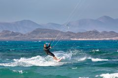 Mens die Fuerteventura kitesurfing Royalty-vrije Stock Afbeeldingen