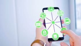 Mens die futuristische grafische touchscreen gebruiken om smarthome opties in werking te stellen royalty-vrije illustratie