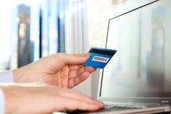 Mens die gegevens van een creditcard ingaan Het online winkelen op Internet die laptop met behulp van Stock Afbeelding