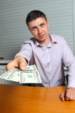 Mens die geld aanbiedt Royalty-vrije Stock Fotografie