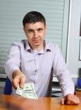 Mens die geld aanbiedt Stock Foto