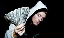 Mens die geld geeft Stock Foto