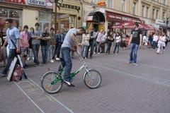 Mens die geld op straat maken Stock Foto