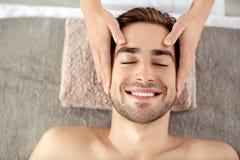 Mens die gezichtsmassage in salon hebben Royalty-vrije Stock Foto
