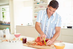 Mens die Gezond Ontbijt in Keuken voorbereiden Stock Foto's