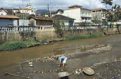 Mens die goud zoeken in de rivier van Mariana, Grazil Royalty-vrije Stock Foto's