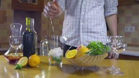 Mens die grapefruit voor sangria langzame motie drukken stock videobeelden