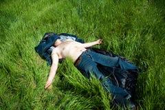 Mens die in gras rust royalty-vrije stock afbeelding
