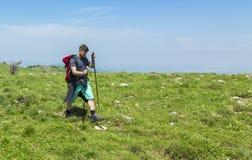 Mens die in Groene Bergen wandelen stock fotografie