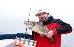 Mens die grote vissen houdt Royalty-vrije Stock Foto's