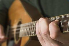 Mens die guitare speelt Stock Foto