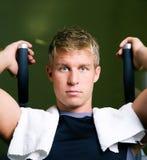 Mens die in gymnastiek uitwerkt Stock Foto's