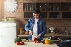 Mens die heerlijk en gezond voedsel in de huiskeuken voorbereiden royalty-vrije stock fotografie