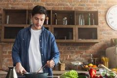Mens die heerlijk en gezond voedsel in de huiskeuken voorbereiden stock afbeeldingen