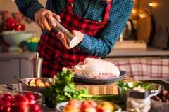 Mens die heerlijk en gezond voedsel in de huiskeuken voorbereiden voor de Eend of de Gans van Kerstmiskerstmis stock afbeelding