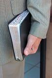 Mens die Heilige Bijbel dragen Royalty-vrije Stock Afbeelding
