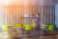 Mens die in heldergroene koffie loopt vector illustratie