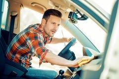 Mens die het binnenland van zijn auto schoonmaken Stock Foto's