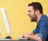 Mens die het computerscherm bekijken Stock Afbeeldingen