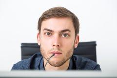 Mens die het computerscherm bekijkt Royalty-vrije Stock Foto