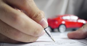 Mens die het document van de autoverzekering ondertekenen Het schrijven van handtekening op contract of overeenkomst Het kopen va stock video
