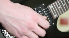 Mens die het elektrische gitaargrof geweld spelen stock video