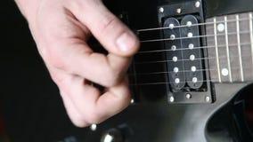 Mens die het elektrische gitaargrof geweld spelen stock videobeelden