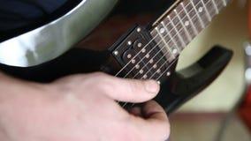 Mens die het elektrische gitaargrof geweld spelen stock footage