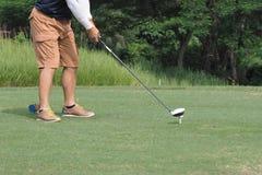 Mens die het golf spelen Royalty-vrije Stock Afbeelding