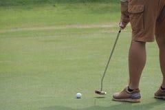 Mens die het golf spelen Royalty-vrije Stock Foto's