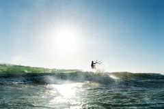 Mens die het kitesurfing doen Royalty-vrije Stock Foto