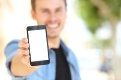 Mens die het leeg telefoonscherm in de straat tonen Stock Foto's