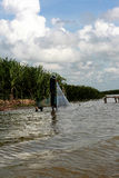 Mens die in het meer vissen Stock Foto