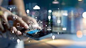 Mens die het mobiele betalingen online winkelen en het netwerkverbinding van de pictogramklant op het scherm, m-bankwezen en omni royalty-vrije stock foto's