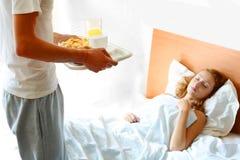 Mens die het ontbijt brengt Stock Foto