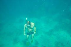 Mens die in het overzees duiken Stock Fotografie