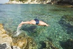 Mens die in het overzees duikt. Royalty-vrije Stock Afbeelding