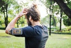 Mens die in het park uitwerkt royalty-vrije stock fotografie