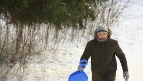 Mens die in het park in werking wordt gesteld Bloem in de sneeuw Al arroung is wit Sneeuw overal stock videobeelden