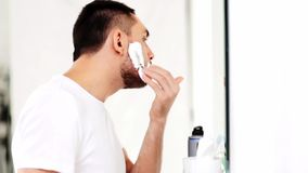 Mens die het scheren schuim toepassen op baard bij badkamers stock videobeelden