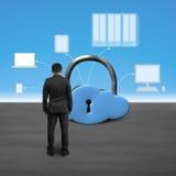 Mens die het slot van de wolkenvorm met gegevensverwerkingsapparaten onder ogen zien royalty-vrije stock foto
