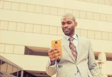 Mens die het texting op het slimme nieuws van de telefoonlezing gebruiken Stock Afbeelding
