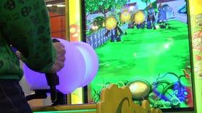 Mens die het videospel van de arcadeschutter spelen stock video
